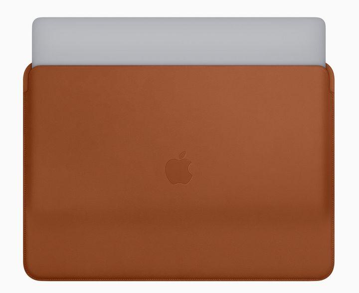 """Für stilvollen Transport des neuen """"MacBook Pro"""" bietet Apple zudem neue Ledertaschen in den Farben """"Mitternachtsblau"""", """"Schwarz"""" und """"Sattelbraun""""."""