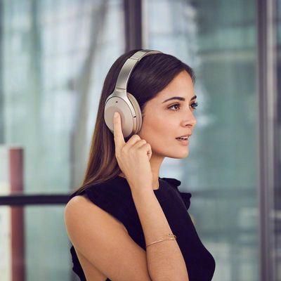Kopfhörer mit Noise-Cancelling-Technologie helfen, den Umgebungslärm auf Reisen auszublenden.
