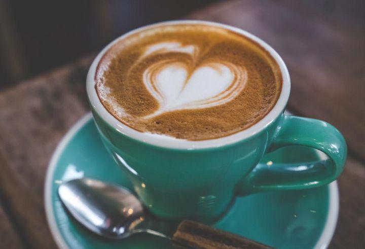 Caffè Latte verführt mit feinporigem Milchschaum.