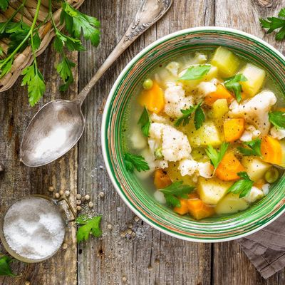 Ein Schnellkochtopf spart Zeit, Energie und gart die Gerichte schonend.