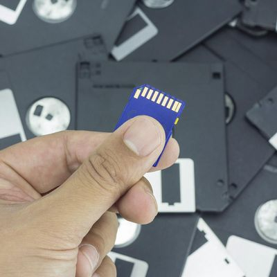 So lange halten DVD, Festplatten & Co.